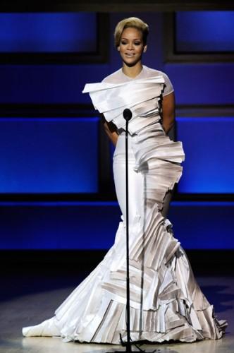 rihanna glamour 7 332x500 Rihanna è la donna dellanno secondo Glamour