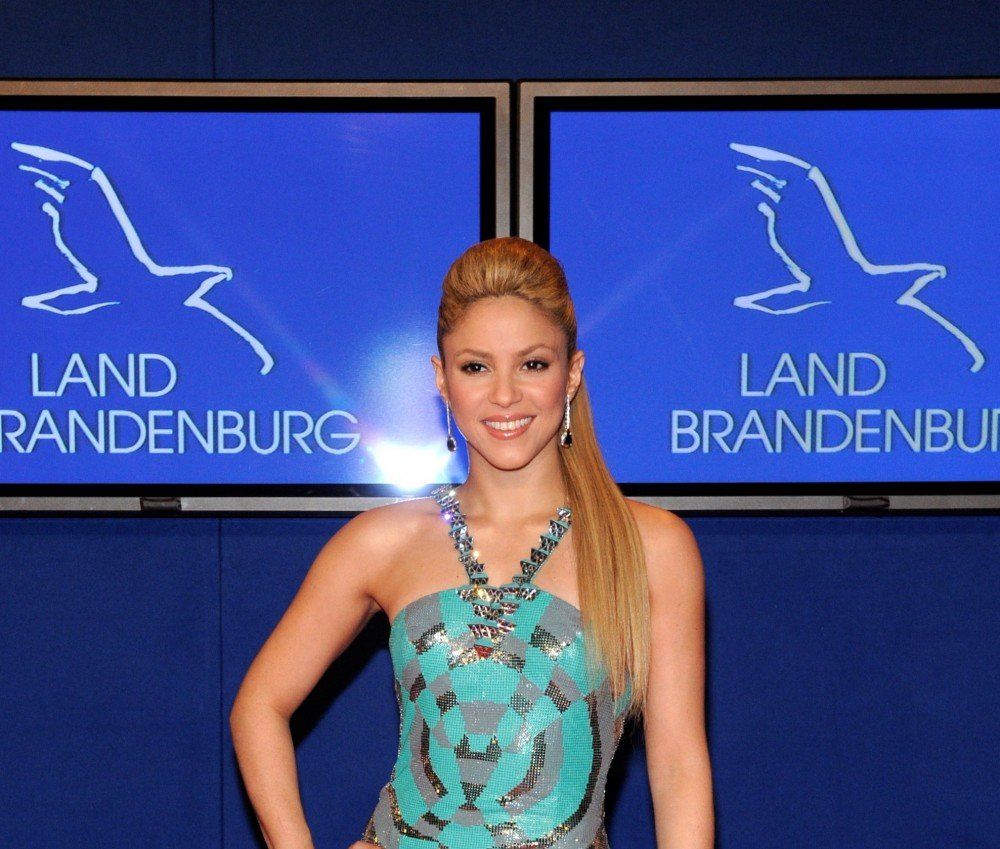69507 shakira bambi awards 11 122 1108lo 1000x849 Shakira   Waka Waka (This Time For Africa) (video)