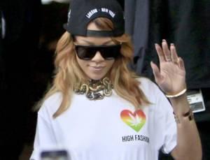 Rihanna-con-la-foglia-di-marijuana-stampata-sulla-maglietta-1-e1372151257516-300x229