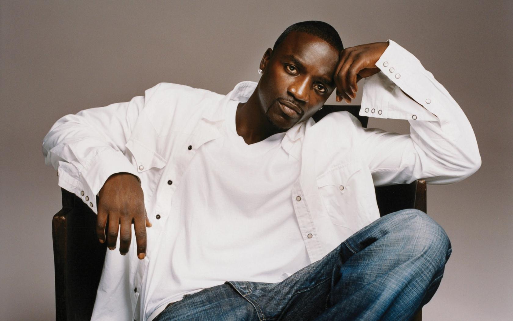 Akon_sitting
