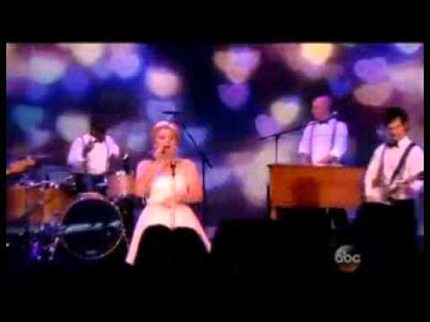 Video thumbnail for youtube video Kelly Clarkson canta Tie It Up a The View