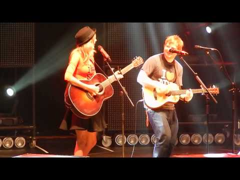 Video thumbnail for youtube video Ed Sheeran canta un inedito ed Everything has changed con T. Swift a New York