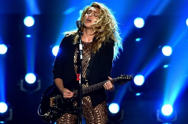 tori-kelly-_mtv-vma-2015-show-billboard-650-b
