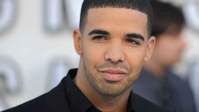 Recording artist Drake arrives at the 2010 MTV Video Music Awards at the Nokia Theater in Los Angeles on Sepetember 12, 2010.   AFP PHOTO / ROBYN BECK (Photo credit should read ROBYN BECK/AFP/Getty Images)