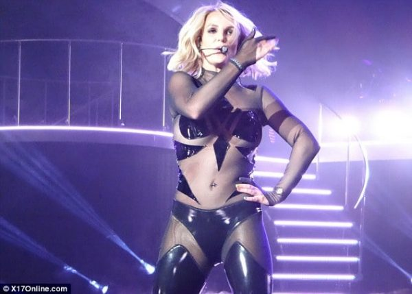 2DC93F0800000578-3289410-Smooth_performance_Britney_Spears_hit_the_stage_on_Saturday_for_-a-48_1445930143088