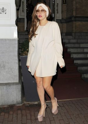 lady-gaga-leaves-her-hotel-at-night-05