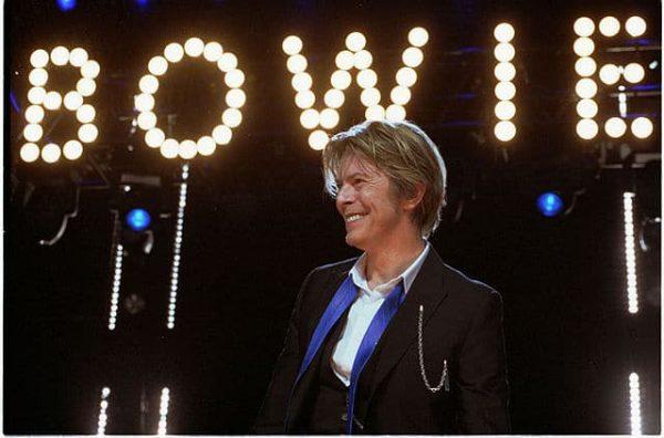640px-David-Bowie_Chicago_2002-08-08_photoby_Adam-Bielawski