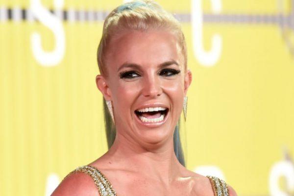 Britney-Spears-2015-MTV-Video-Music-Awards-boobs-1