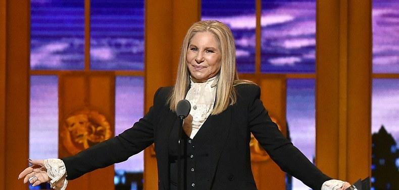 Photo of Barbra Streisand prende in giro Donald Trump con la parodia di un classico!