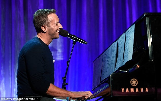 Photo of Chris Martin diventa lounge singer per beneficenza (VIDEO)
