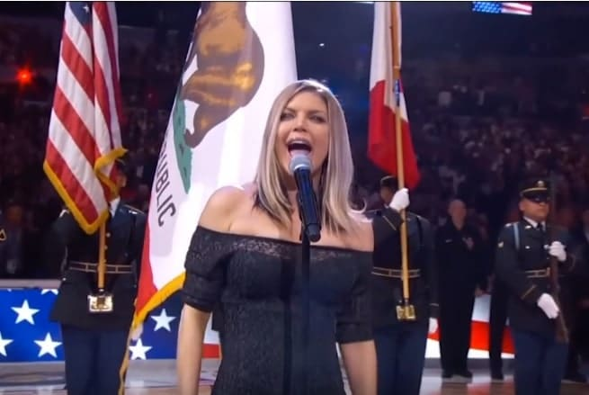 Photo of Fergie disastrosa con l'inno americano. I social non perdonano