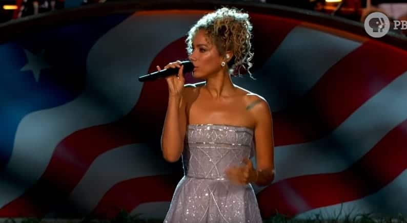 "Photo of Leona Lewis con ""Bridge Over Troubled Water"" al concerto del Memorial Day"