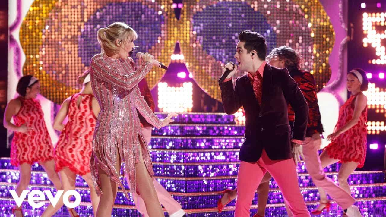 Photo of Taylor Swift canta ME! alla finale di The Voice, ma la canzone é semi flop.