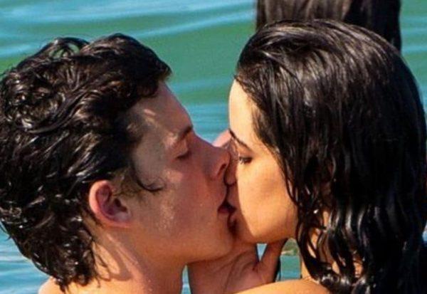camila shawn mendes bacio insieme