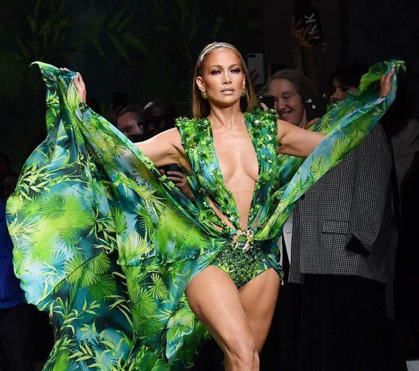 Jennifer Lopez: compie 20 anni il suo abito Versace che died